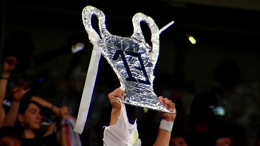 أحد مشجعي ريال مدريد يحتفل بالكأس رقم 13 على طريقته