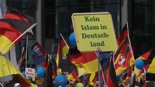 Etwa 25.000 Gegner und 5.000 AfD-Anhänger in Berlin