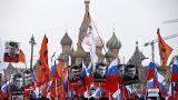 Eine Demonstration mit Nemzow-Plakaten