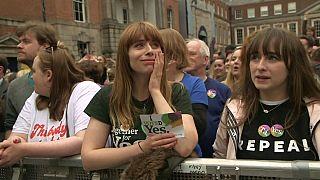 İrlanda kürtaj yasağının kaldırılmasını kutluyor
