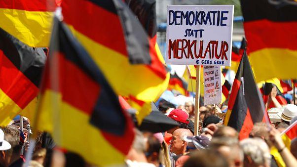 Extrême-droite et anti-racistes se font face à Berlin