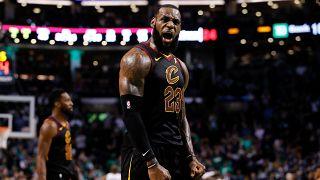 NBA: «Μυθικός» Λεμπρόν οδήγησε τους Καβαλίερς στον τελικό