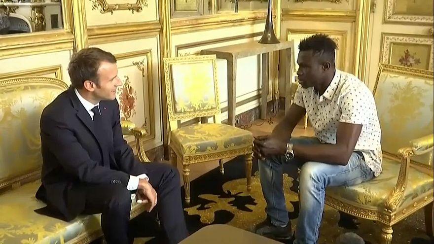 """الرئيس الفرنسي يعد بمنح الجنسية الفرنسية لـ """"سبيدرمان"""" باريس بعد انقاذه لطفل من الموت"""