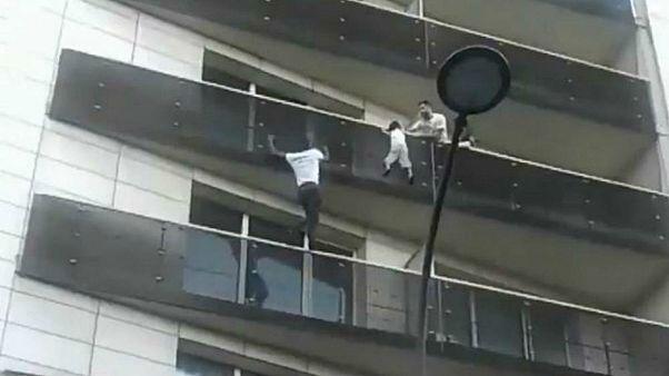 صحنه ای از ویدئوی نجات کودک چهار ساله در پاریس