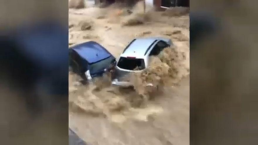 Piszkos áradat vágtatott át egy amerikai városon