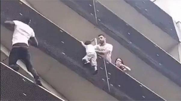 "VIDEO: Lo ""spiderman"" di Parigi scala 4 piani e salva il bambino"