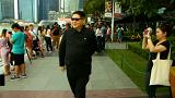السنغافوريون يلتقطون الصور مع كيم جونغ أون قبل أن يكتشفوا المفاجأة!