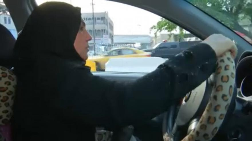 Az első női taxi sofőr Irakban