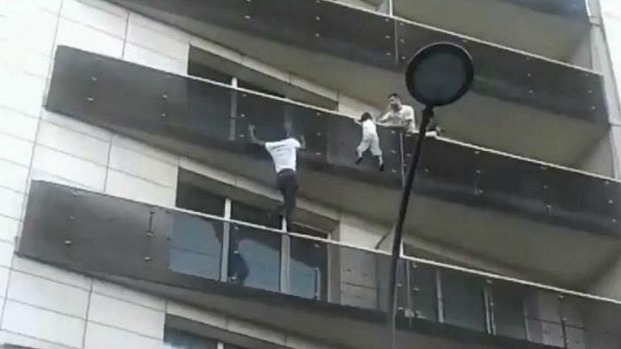 """شاهد لحظة انقاذ """"سبيدرمان"""" باريس لطفل كان عالقا في الطابق الرابع"""