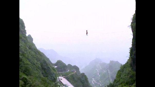 Слэклайн в Китае: по стропе на каблуках