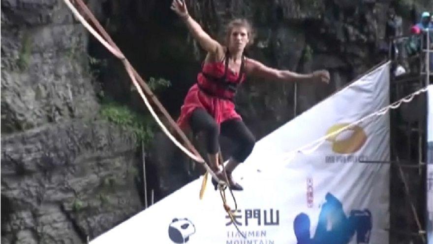 الفرنسية ميمي غيدسون تسير على الحبل بتأنٍ خشية وقوعها