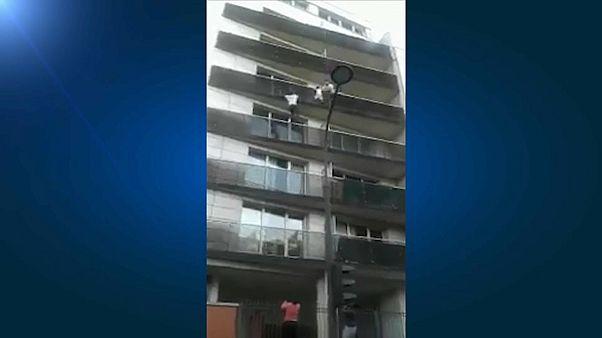"""Kind von Balkon gerettet: """"Spiderman"""" aus Mali wird Franzose"""