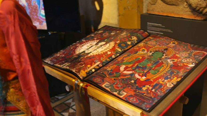 Фотограф спасает фрески Тибета