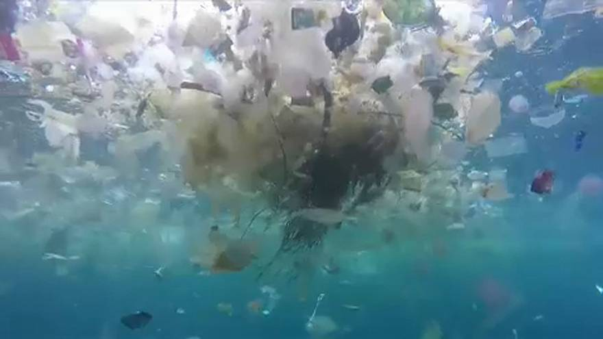 Plástico no mar ou oceano