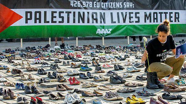 چیدمان ۴۵۰۰ جفت کفش به یاد کشتهشدگان فلسطینی در مقر اتحادیه اروپا