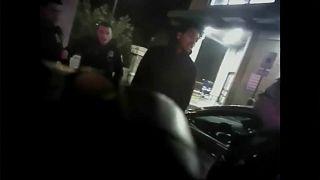 ستيرلنغ براون قبل أن يصعقه رجال الشرطة بالمسدس الكهربائي