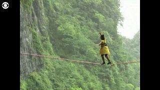 Κίνα: Ισορροπία σε σχοινί πάνω σε τακούνια!