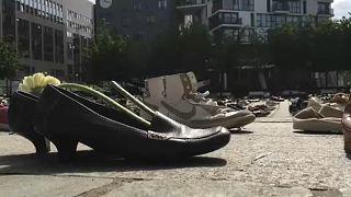 Öldürülen Filistinlileri temsil eden 4 bin 500 çift ayakkabı AB kurumları önünde sergilendi
