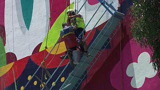 شاهد لحظات إنقاذ رسامي جداريات علقوا في المكسيك
