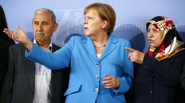 Angela Merkel két túlélővel
