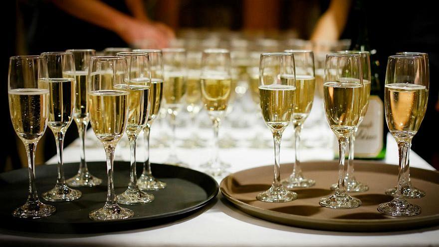 234 Flaschen Champagner: Europas Rechte schlemmt auf EU-Kosten