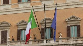 Bandeiras de Itália e União Europeia hasteadas em Itália