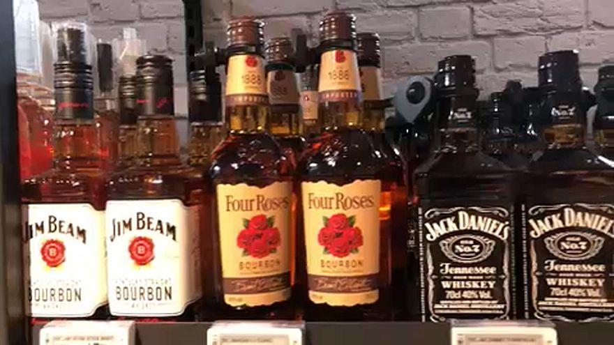 Garrafas de u´ísque bourbon numa prateleira