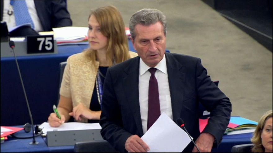 Mercati e voto: Oettinger critica l'Italia, valanga di critiche