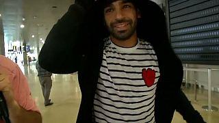 شاهد: محمد صلاح يصل إلى مطار فالنسيا الإسباني لبدء العلاج