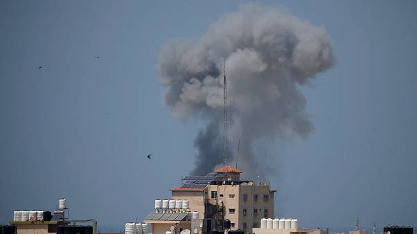 دخان يتصاعد عقب غارة جوية اسرائيلية بغزة يوم الثلاثاء