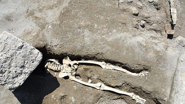 Πομπηία: Ανακάλυψαν σκελετό άνδρα που καταπλακώθηκε από βράχο ενώ έτρεχε