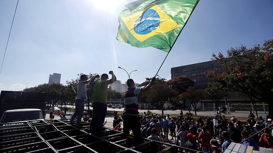 Greve na Petrobras declarada ilegal, camionistas continuam com movimento