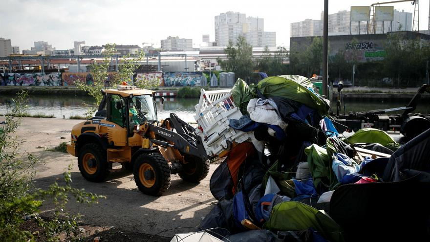 Felszámolják Párizs legnagyobb menekülttáborát