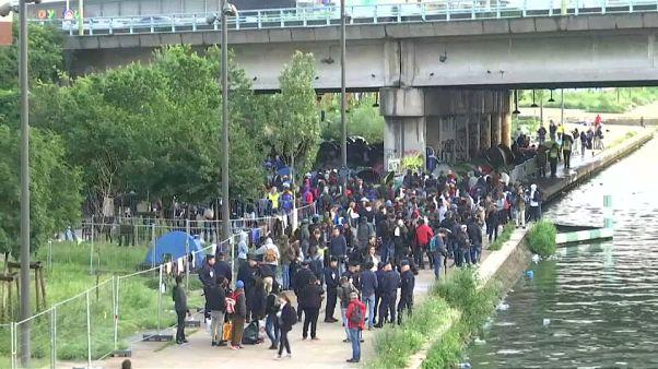 Evacúan el mayor campamento de inmigrantes de París