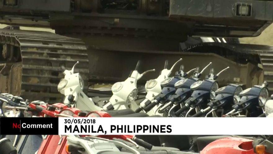"""شاهد: تحطيم سيارات ودراجات هوائية """"مهربة"""" فاخرة في الفلبين"""