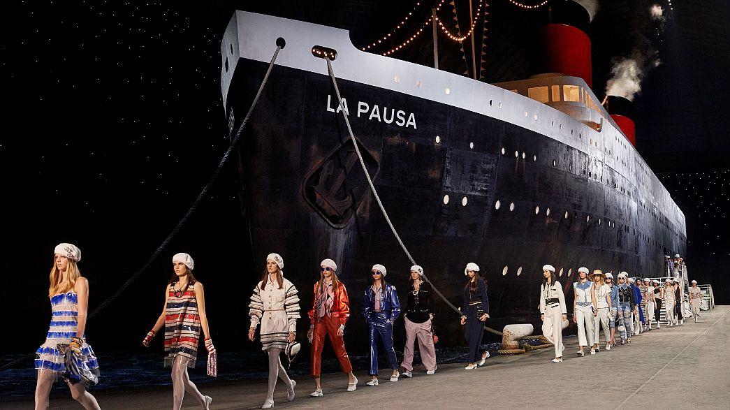 Final da coleção de cruzeiro da Chanel no Grand Palais, Paris.