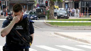 رجل شرطة في موقع حادث إطلاق النار الذي وقع في ليج في بلجيكا يوم الثلاثاء.