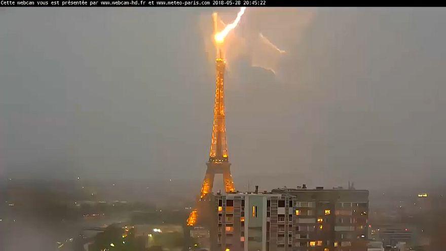 Молния ударила в Эйфелеву башню