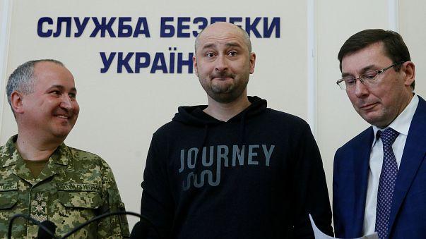 Ukrajna: a korábbi jelentésekkel ellentétben mégsem halt meg az orosz újságíró, ezekben a percekben egy élő televíziós adásban tűnt fel