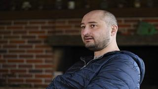 """الصحفي الروسي """"المقتول"""" في أوكرانيا يظهر حيا في مؤتمر صحفي"""