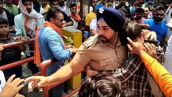 الشرطي الهندي خلال دفاعه عن الشاب المسلم