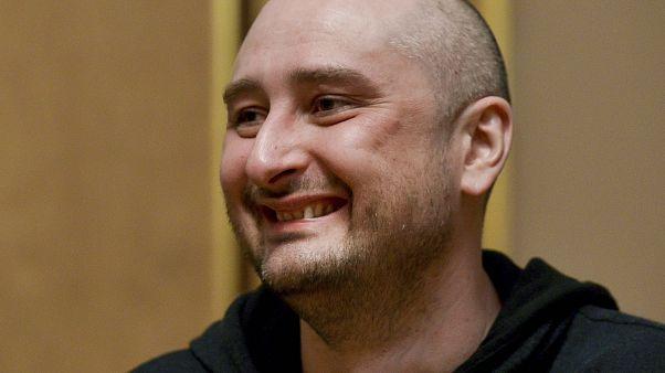 La finta morte del cronista russo, tra festa e critiche