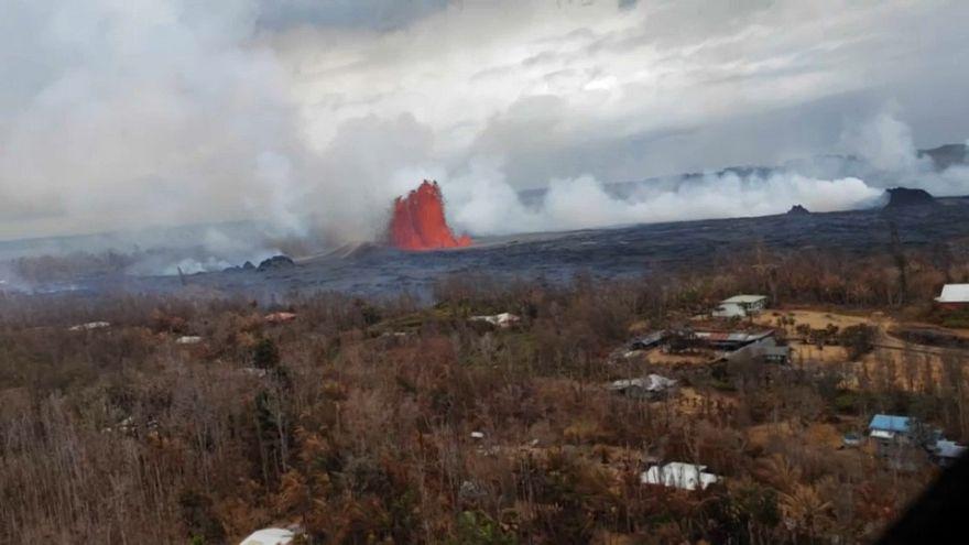 الحمم البركانية تزحف باتجاه المناطق السكنية في هاواي