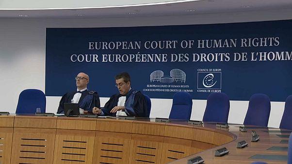 القاضيان أثناء الجلسة