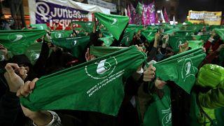 متظاهرات يحملن مناديل خضراء خارج الكونجرس في بوينس آيرس - المصدر: رويترز