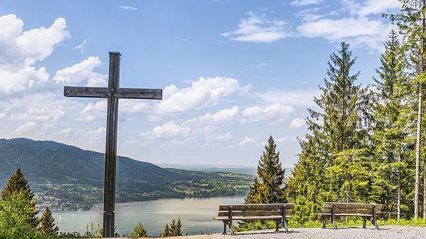 Ein Kreuz ragt über dem bayrischen Tegernsee