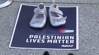 حذاء طفلة في تظاهرة ببروكسل لتنديد بمقتل الأطفال في غزة