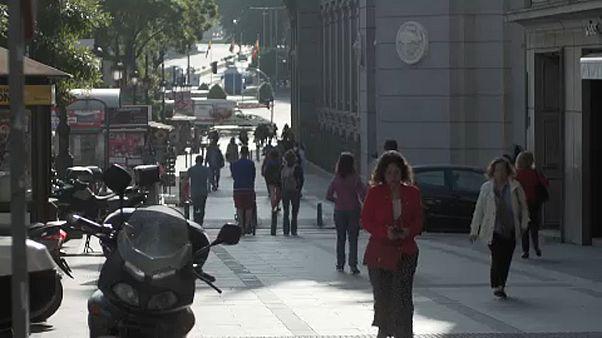 Incertidumbre en las calles españolas tras la salida de Rajoy