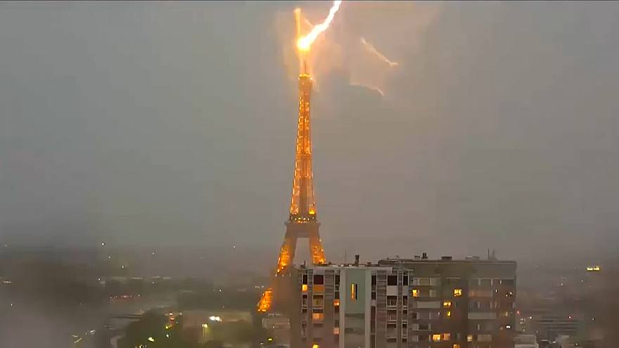 Ein Blitz schlägt in den Eiffelturm ein