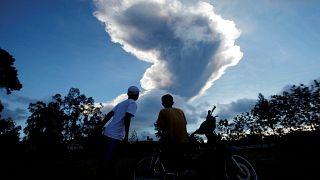 بركان ميرابي يثور مطلقا عمودا من الرماد الأبيض
